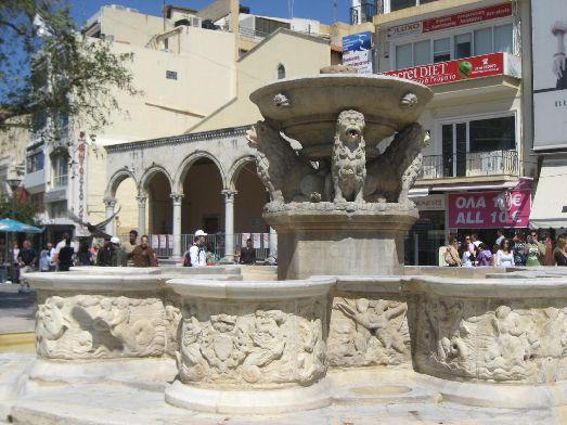 Старинный фонтан в Ираклионе на ул. 23 Августа, когда-то был единственным источником пресной воды, которая разводилась по акведукам