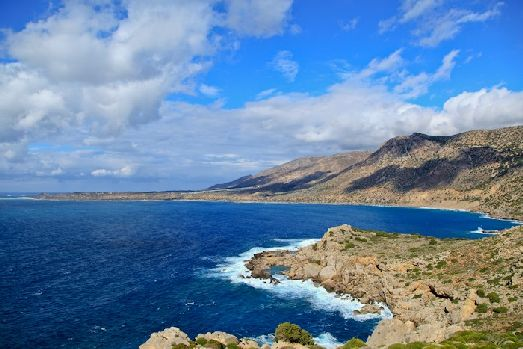 Критское море входит в бассейн Средизменого, омывает Кикладские острова и Крит