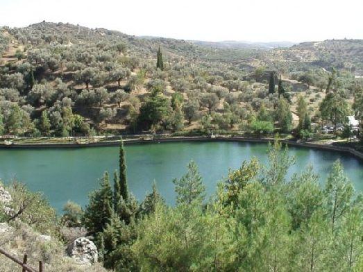 Зарос - очень популярное озеро среди туристов не только своей кристальной водой и красивыми видами, но и форелевой фермой