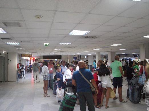 В аэропорту есть весь спектр услуг, присущий крупному международному воздушному порту, включая магазин беcпошлиной торговли Duty Free