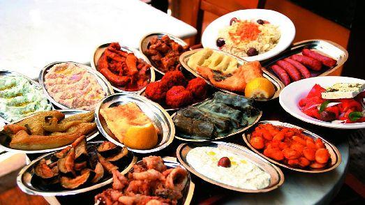 Рыбное мезе состоит из 7-8 рыбных блюд - отличный способ познакомится с морскими продуктами