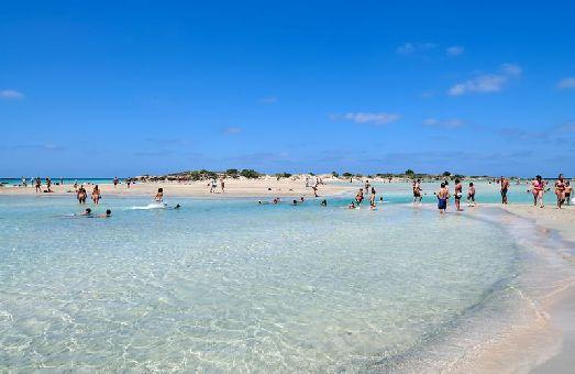 Элафониси, расположенный на Ливийском море, отличает розоватый песок, а также  мелкое и очень чистое море