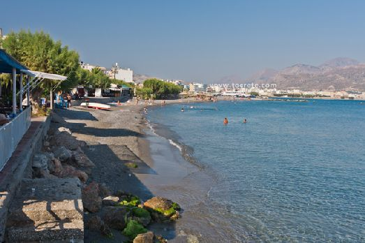 Иерапетра находится на юге Крита на побережье Ливийского моря, объединяя сразу несколько пляжей, состоящих из ракушек, мелкой гальки и песка