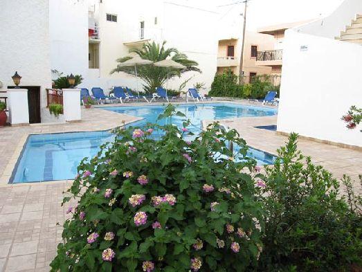Как и положено для отеля 3 звезд территория отеля небольшая, однако приятно благоухает цветами
