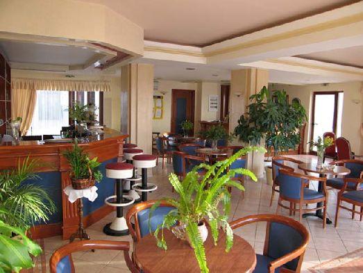 Как и во всех трешках питание в отеле скромное, поэтому можно брать лишь завтраки, а обедать и ужинать в тавернах, что находятся недалеко от отеля