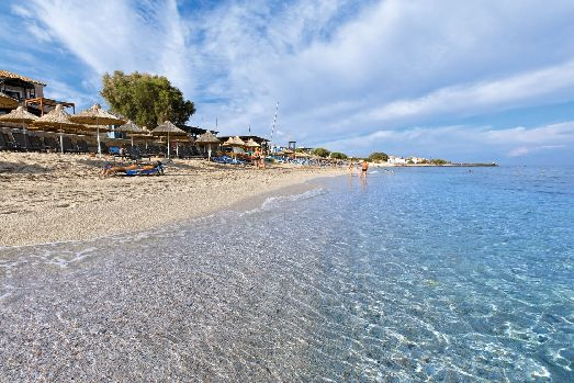 Пляж отеля просторный, красивый, состоящий из белой гальки, награжденный за чистоту 'Голубым Флагом'