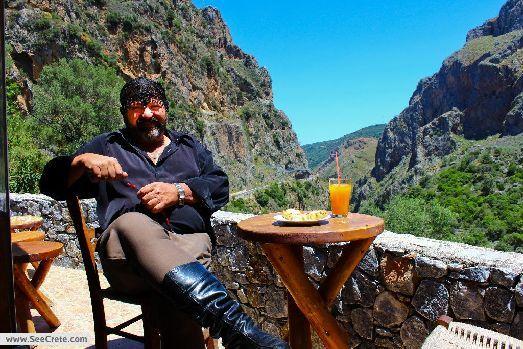 Некоторые считают, что стоит выбирать таверны, где кушают сами Греки, однако другие считают, что это миф.. Езжайте на Крит и проверьте сами!