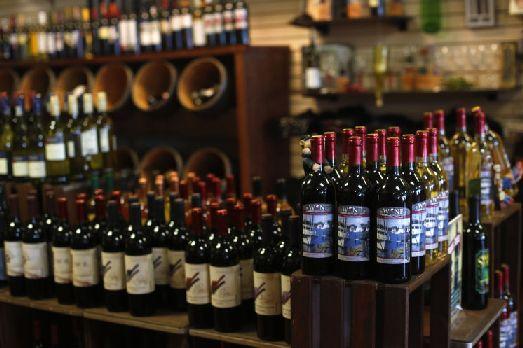 Приобрести вино в подарок мы рекомендуем в одном из супермарктов